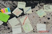 Messaggi di solidarietà all'entrata della chiesa