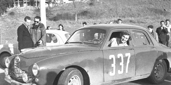 una ragazza pilota da corsa al Rally di Montecarlo 1956