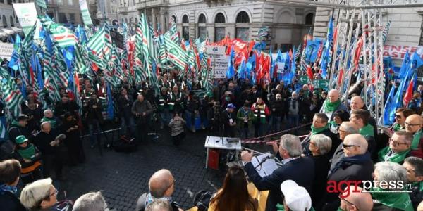 Sindacati ancora in piazza a Roma: 'Il governo rispetti gli impegni'